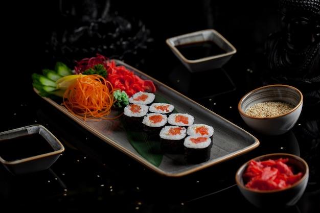 Japanische sushi mit lachskaviar Kostenlose Fotos