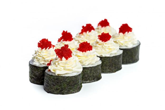 Japanische sushirollen auf einem weißen hintergrund Premium Fotos