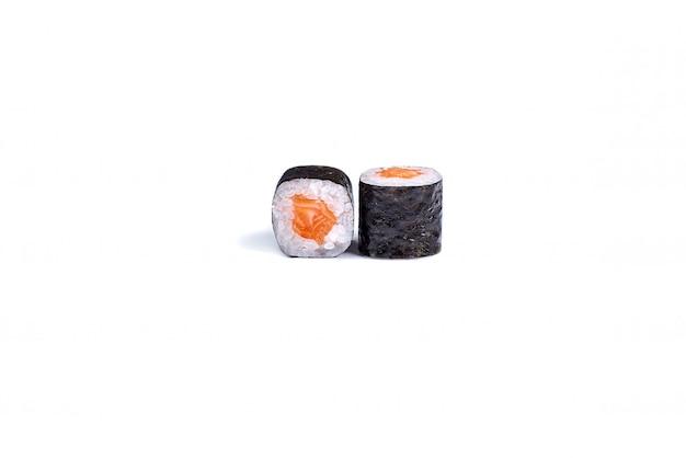 Japanische sushirollen getrennt auf weiß Premium Fotos