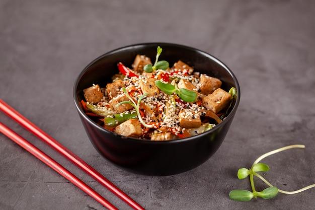 Japanische vegetarische nudeln mit tofukäse Premium Fotos