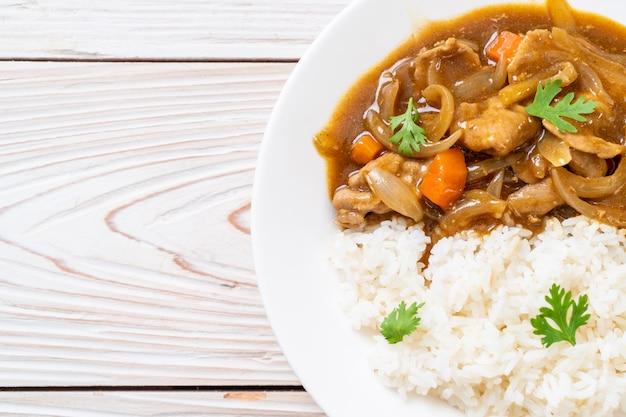 Japanischer curryreis mit geschnittenem schweinefleisch, karotte und zwiebeln Premium Fotos