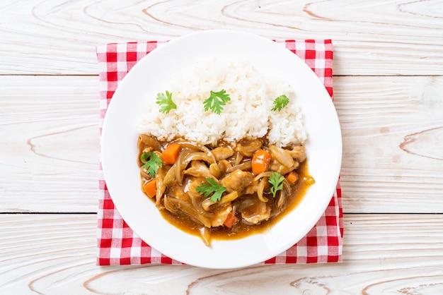 Japanischer curryreis mit geschnittenem schweinefleisch, karotten und zwiebeln Premium Fotos