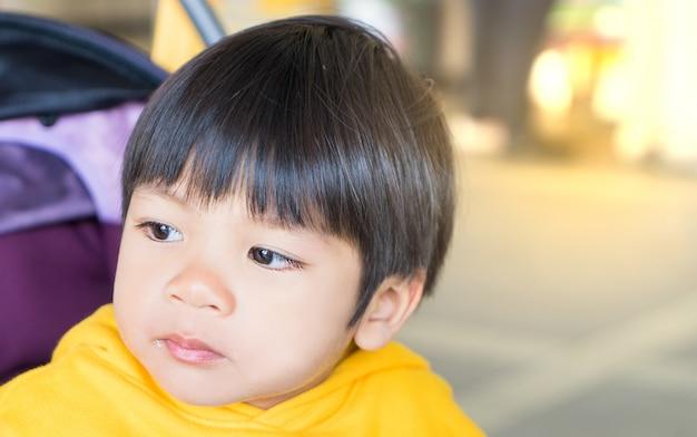 Japanischer junge mit auge voller tränen zu weinen Premium Fotos