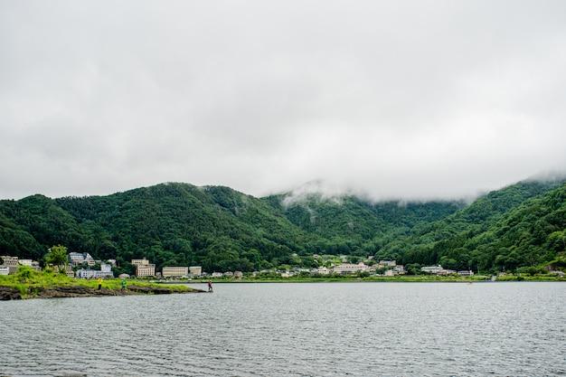 Japanischer see nahe fuji-berg mit fischermann Premium Fotos