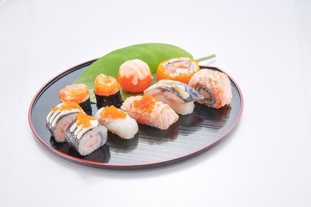 Japanisches essen. sushi mit meeresfrüchten auf weißem hintergrund Premium Fotos