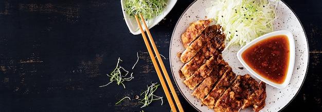 Japanisches kotelett mit kohl und tonkatsu-sauce. . Kostenlose Fotos