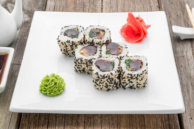 Japanisches traditionelles sushi-essen und brötchen mit frischen meeresfrüchten Premium Fotos