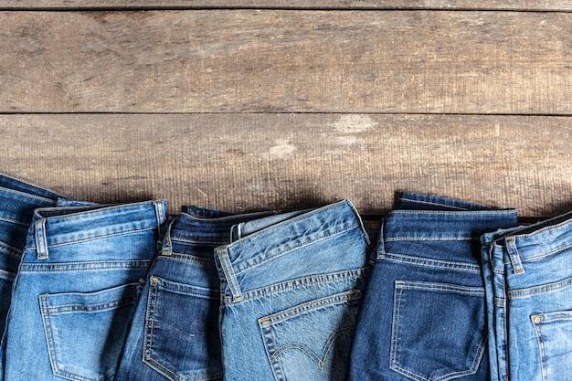 Jeans auf holztisch Premium Fotos