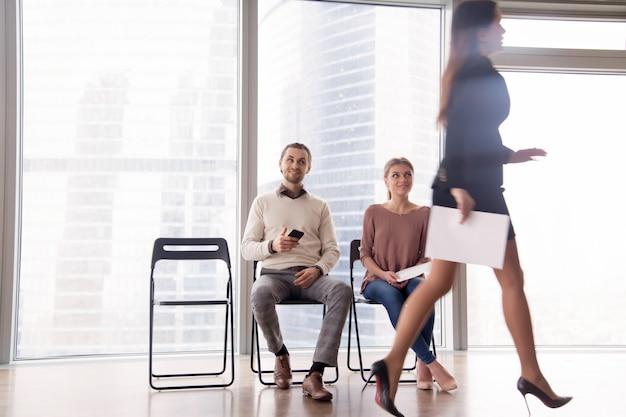 Jobkandidaten, die sich über weibliche konkurrenten freuen, die nach einem erfolglosen interview gehen Kostenlose Fotos