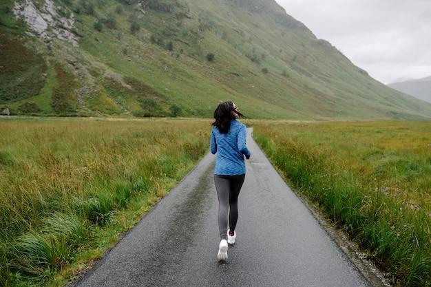 Joggerin im hochland Premium Fotos