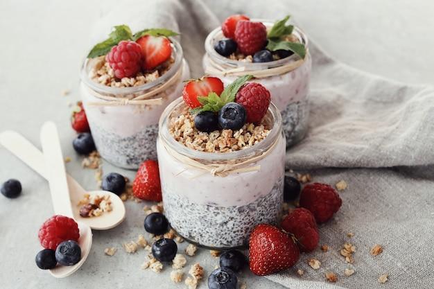 Joghurt mit chiasamen und beeren in gläsern Kostenlose Fotos