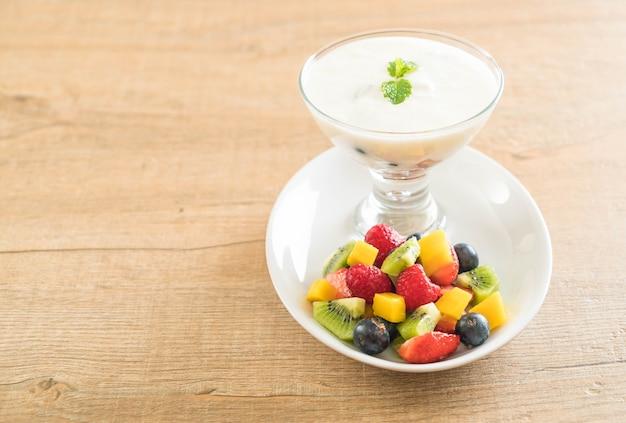 Joghurt mit gemischten früchten Premium Fotos