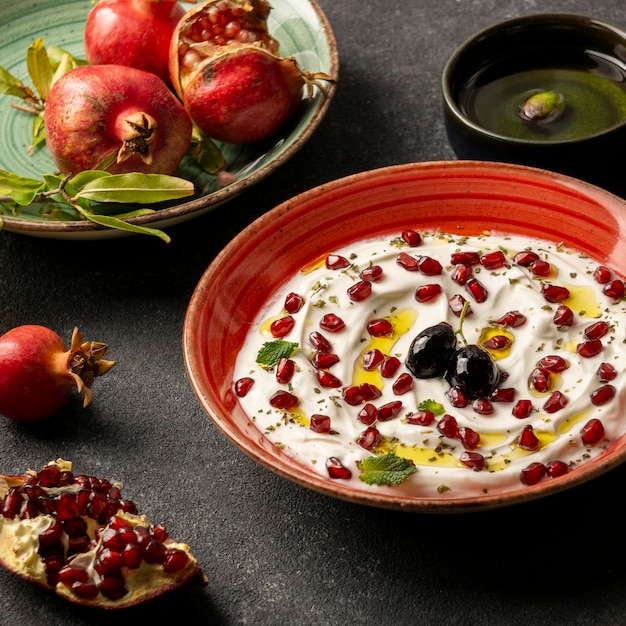 Joghurt mit granatapfel und olivenöl Kostenlose Fotos