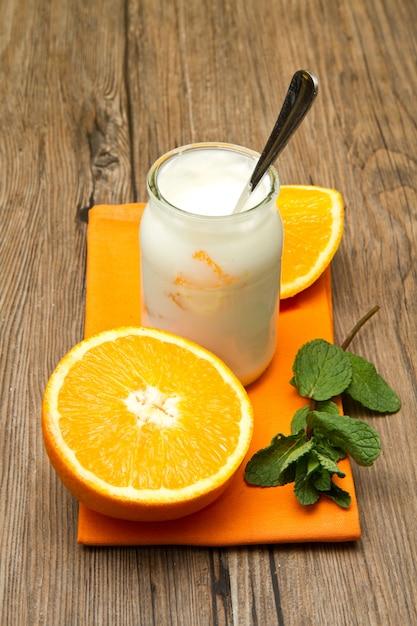 Joghurt mit orange Premium Fotos