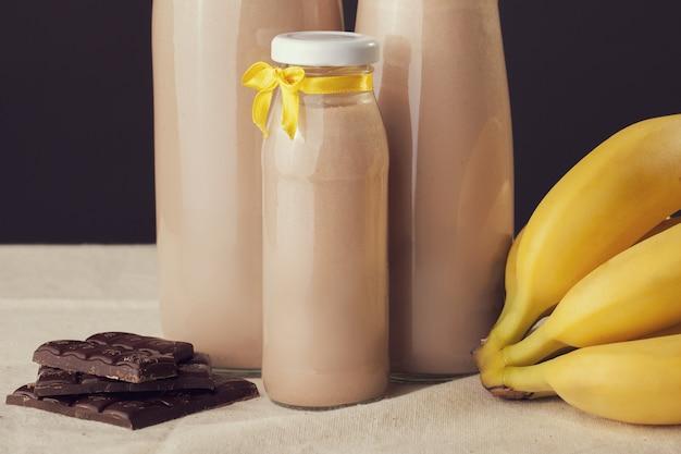 Joghurt mit schokoladenbananengeschmack auf dem tisch Premium Fotos