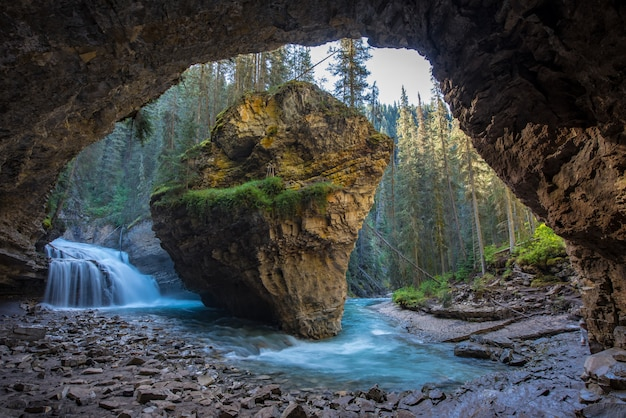 Johnston-schlucht höhlen im frühjahr jahreszeit mit wasserfällen, johnston canyon trail, alberta, kanada aus Premium Fotos