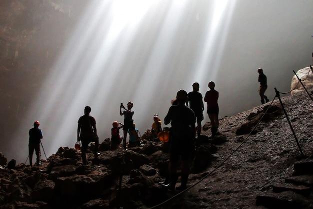 Jomblang-höhle nahe yogyakarta-stadt, java, indonesien Premium Fotos