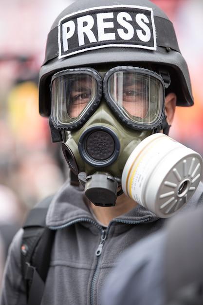 Journalist mit einer gasmaske Kostenlose Fotos