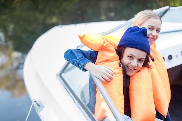 Joyful geschwister eine bootsfahrt genießen Kostenlose Fotos