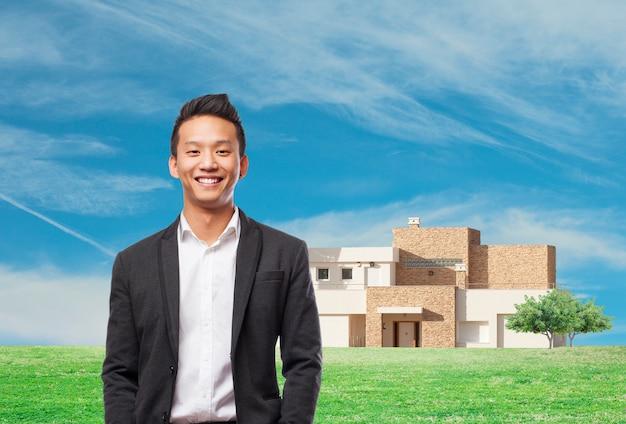 Joyful mitarbeiter mit landhaus hintergrund Kostenlose Fotos