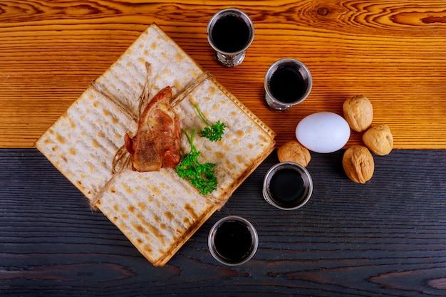 Judentum und religiöse thora auf jüdischem matza am passahfest Premium Fotos