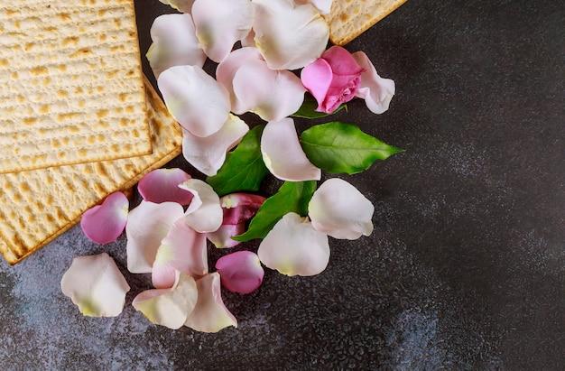Jüdische feier des matzoh-passahfestes mit matzoh Premium Fotos