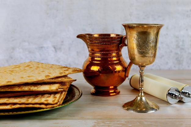 Jüdische pesah feiern, matzoh und traditionelle sederplatte Premium Fotos