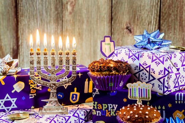 Jüdischer feiertag chanukka-feier tallit weinlese menorah Premium Fotos