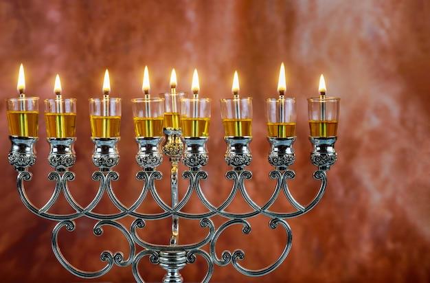 Jüdischer feiertag chanukka mit menorah traditionellen kandelabern Premium Fotos