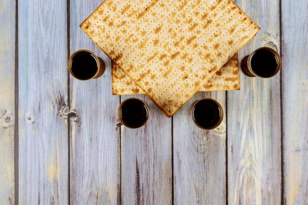 Jüdischer feiertag pessach mit matze, pesah feier vier tasse koscherer wein Premium Fotos