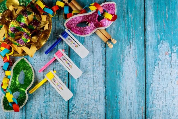 Jüdischer feiertag purim mit hamantaschen plätzchen, karnevalsmaske und krachmacher Premium Fotos