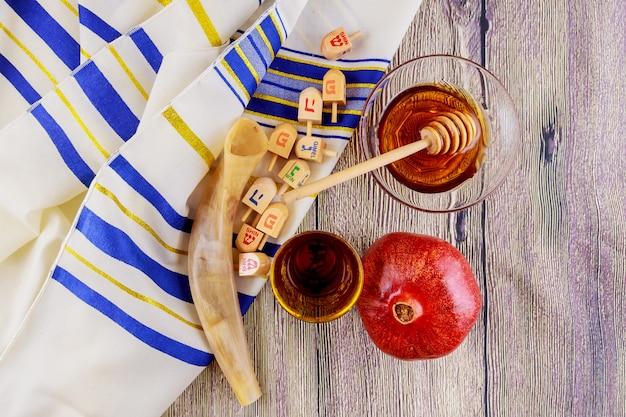 Jüdischer feiertag tallit-äpfel und granatapfel rosh hashana Premium Fotos