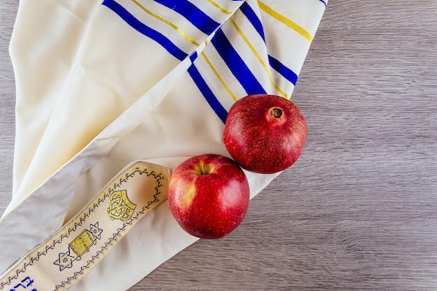 Jüdischer feiertag tallit äpfel und granatapfel rosh hashana Premium Fotos