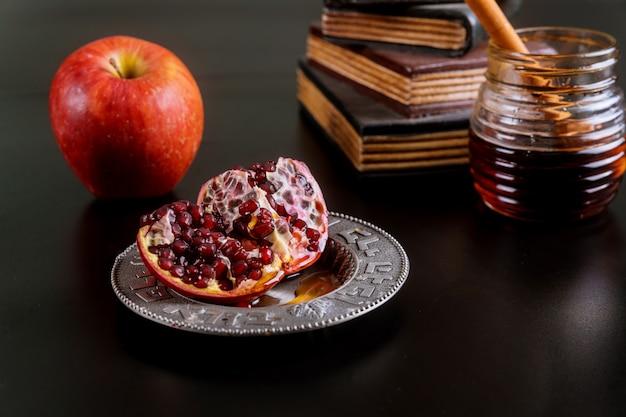 Jüdischer feiertagshonig und -äpfel mit granatapfel Premium Fotos