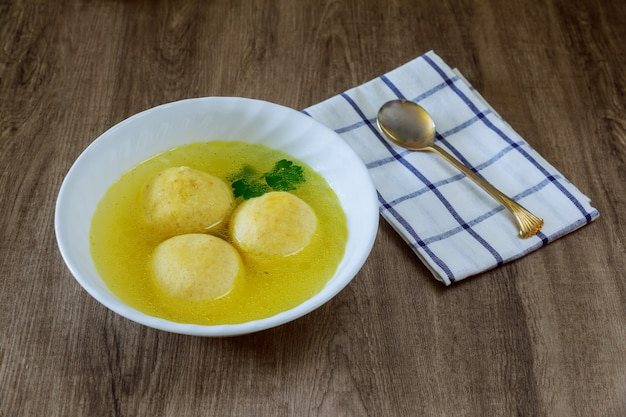 Jüdischer feiertagssymbolsuppen-matzohball Premium Fotos