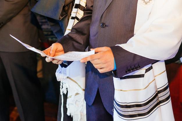 Jüdischer mann in ritueller kleidung Premium Fotos