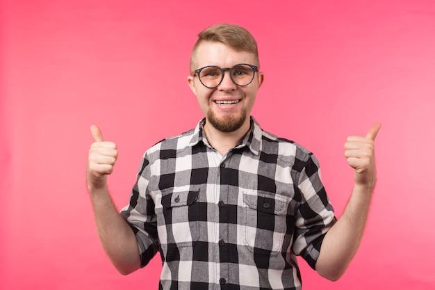 Jugend, geste und gutes konzept - junger mann sieht aus