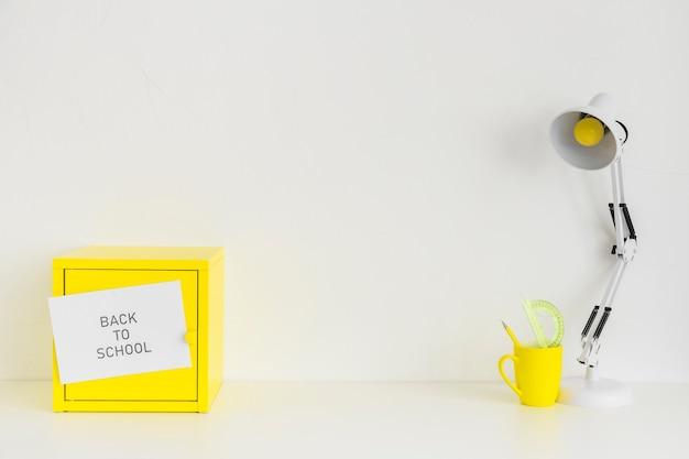 Jugendarbeitsplatz in der weißen und gelben farbe Kostenlose Fotos