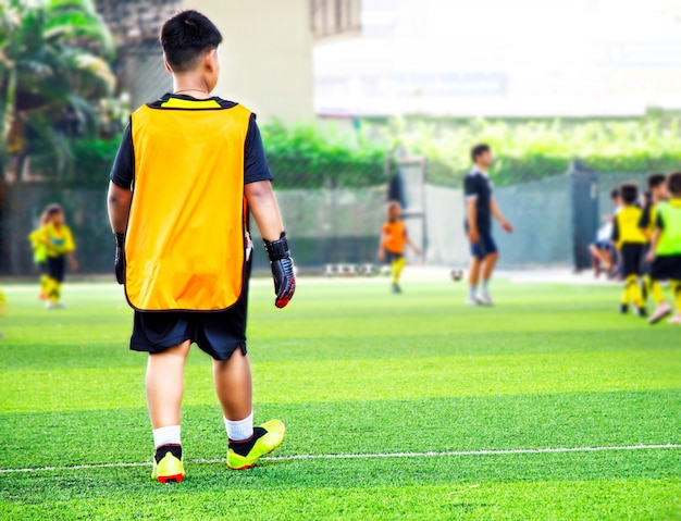 Jugendfußballübungen mit zapfen. Premium Fotos