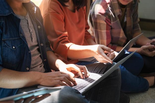 Jugendlich gruppe, die computer und tablette verwendet, um online zu lernen. Premium Fotos