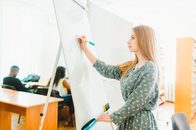 Jugendlich mädchen, das anmerkungen über whiteboard macht Kostenlose Fotos