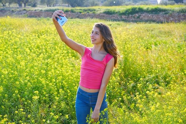 Jugendlich mädchen selfie videofoto-frühlingswiese Premium Fotos
