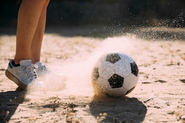 Jugendlich student, der fußball spielt Kostenlose Fotos
