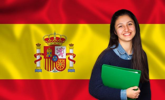 Jugendlich student, der über spanischer flagge lächelt Premium Fotos