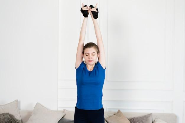 Jugendliche, die mit gewichten trainiert Kostenlose Fotos