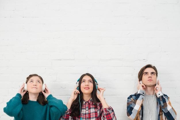 Jugendliche, die musik hören Kostenlose Fotos