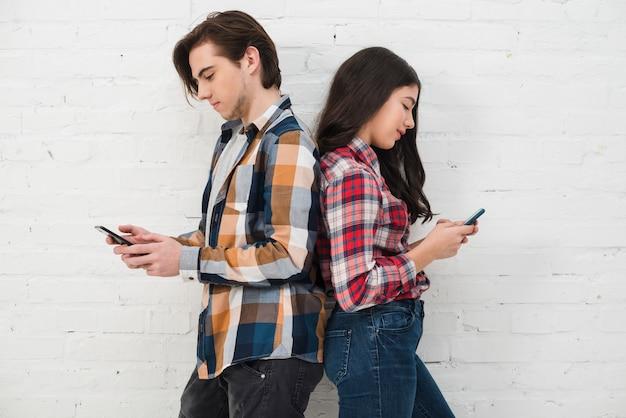 Jugendliche, die smartphone verwenden Kostenlose Fotos