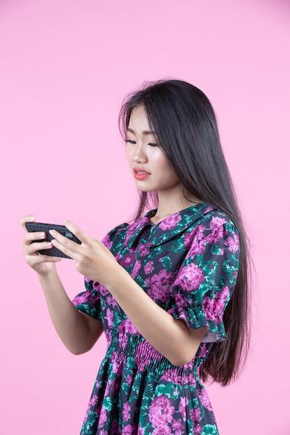 Jugendliche, die telefon- und gesichtsgefühle zeigt Kostenlose Fotos
