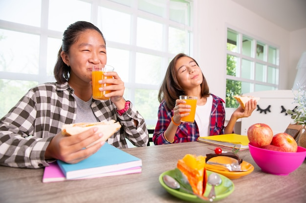 Jugendliche genießen, frühstück zu essen, bevor sie zur schule, zurück zu schulkonzept gehen Premium Fotos
