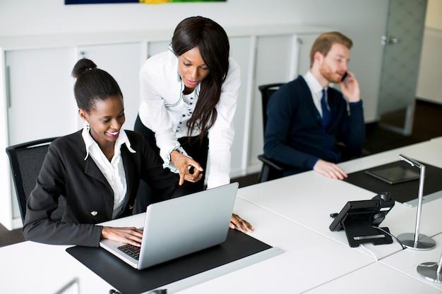 Jugendliche im büro Premium Fotos
